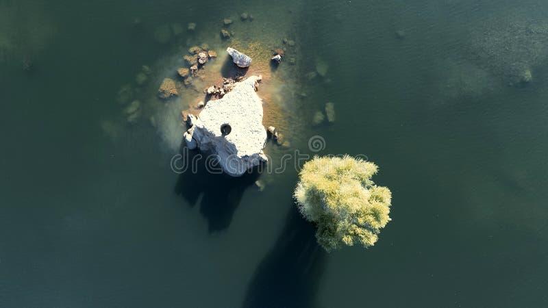 Luchtfoto van rotsen, bomen en meer stock afbeelding
