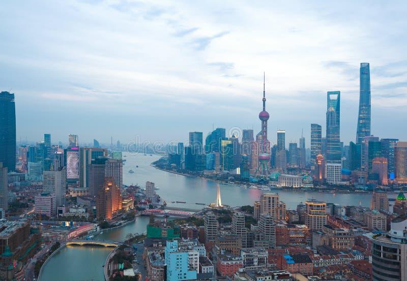 Luchtfotografie bij de dijkhorizon van Shanghai van schemering royalty-vrije stock foto