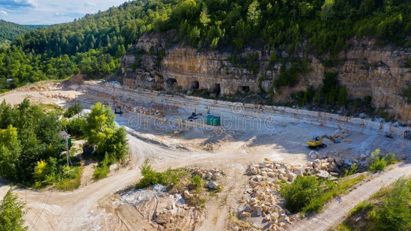Luchtfotografie met de mijnen van de hommelmijnbouw in de berg De middenband van Rusland royalty-vrije stock foto