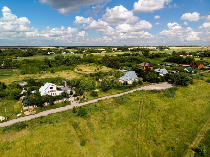 Luchtfotografie van dorp in middenstrook van Rusland royalty-vrije stock foto's