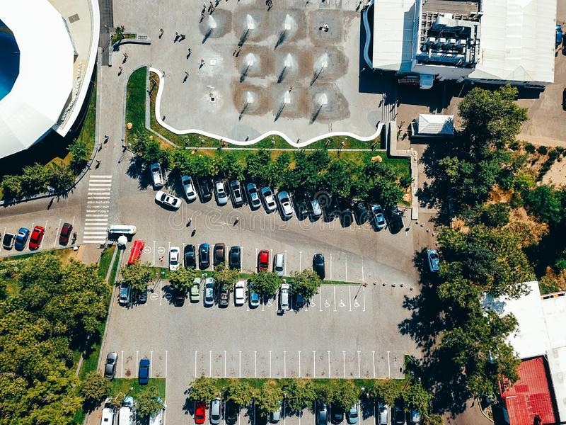 Luchtfotografie van modern stadsparkeren van hierboven stock afbeeldingen