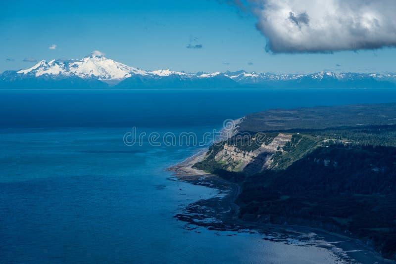 Luchtfotografiemening van Alaska ` s Cook Inlet op zonnige dag royalty-vrije stock foto