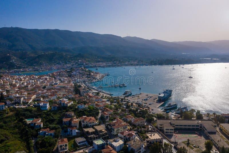 Luchtfotomening van Poros Griekenland Zonnige dag in Grieks eiland baai overzeese schepen en jachten De bestemming van de toerist stock foto's