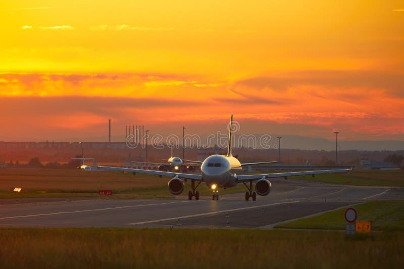 Luchthaven bij de zonsondergang royalty-vrije stock foto's