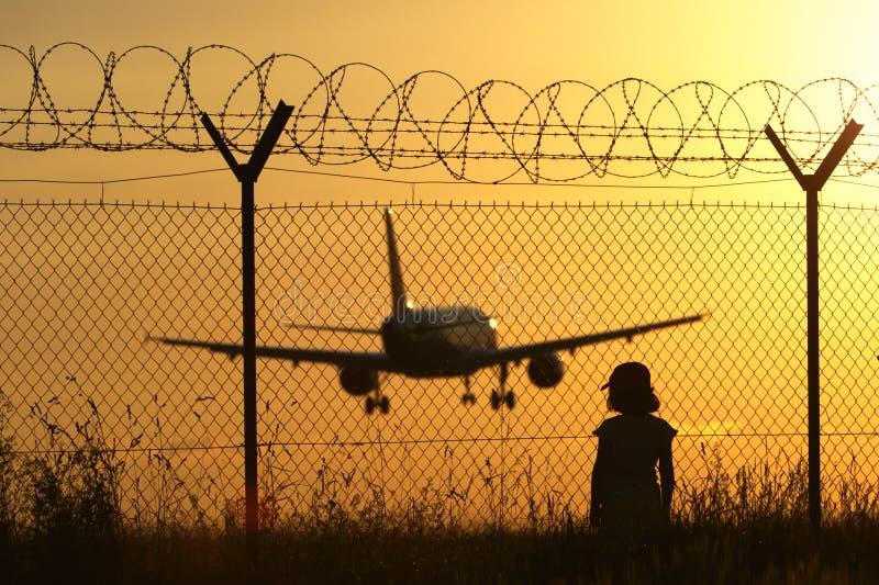 Luchthaven bij de zonsondergang stock foto's