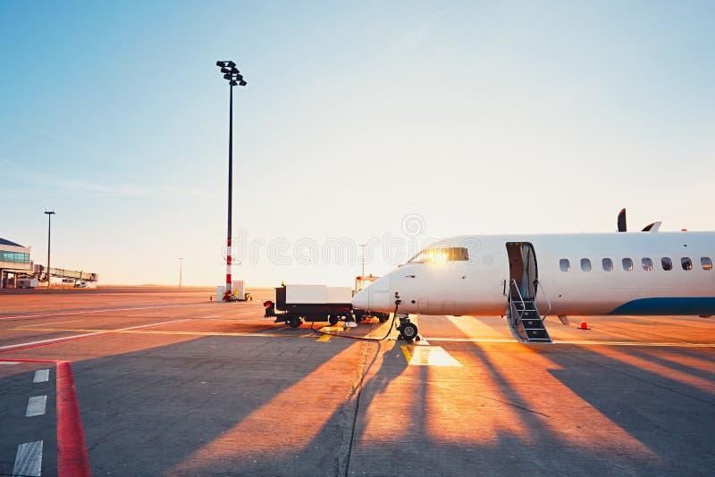 Luchthaven bij de zonsondergang royalty-vrije stock afbeeldingen