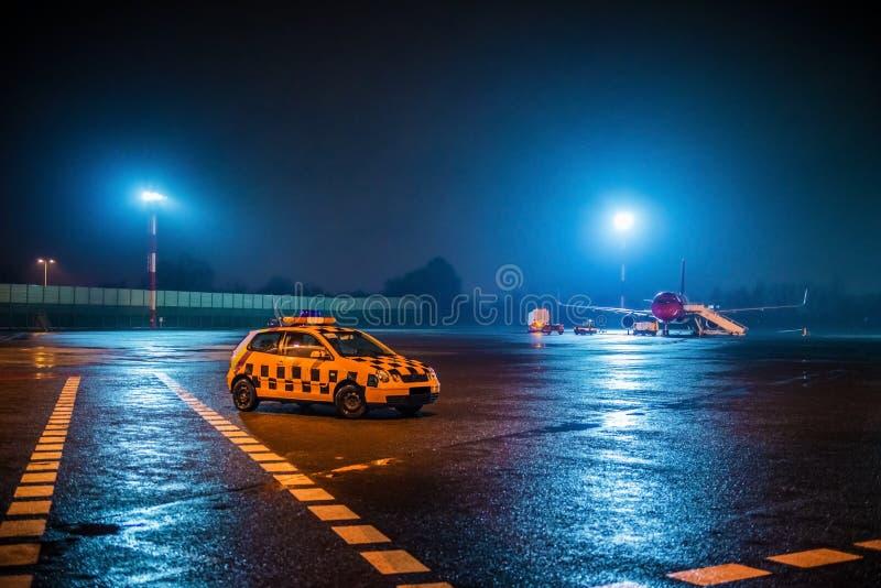 Luchthaven bij nacht stock fotografie