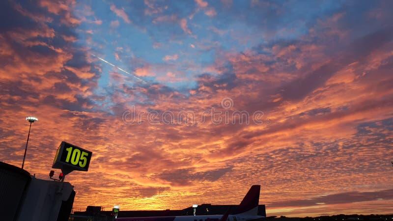 Luchthaven bij zonsondergang royalty-vrije stock foto