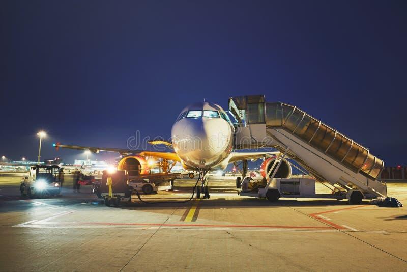 Luchthaven in de nacht stock fotografie