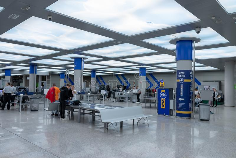 Luchthaven, palma, Mallorca, Spanje, 2019 14 april: veiligheidscontrole bij de luchthaven van palma, Mallorca stock afbeelding