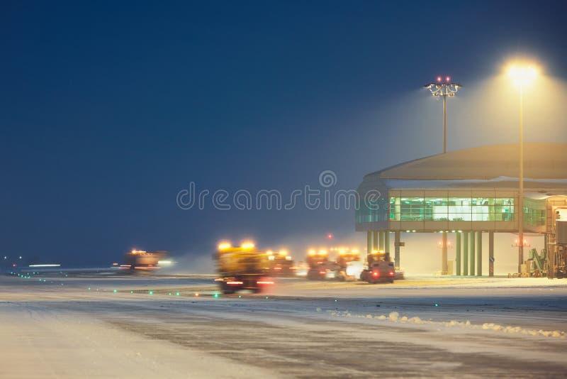 Luchthaven tijdens de sneeuwstorm royalty-vrije stock foto's