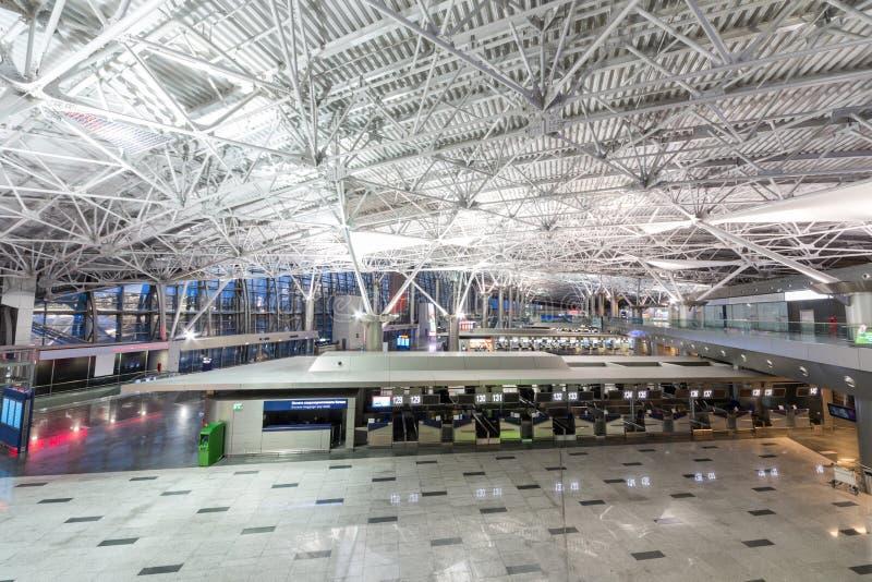 Luchthavenbinnenland met infrastructuur royalty-vrije stock afbeelding