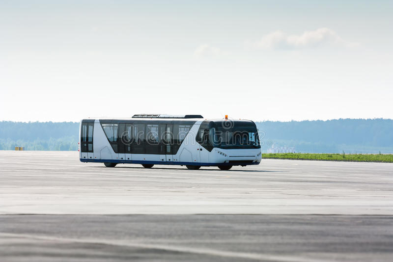 Luchthavenbus op de taxibaan royalty-vrije stock afbeeldingen