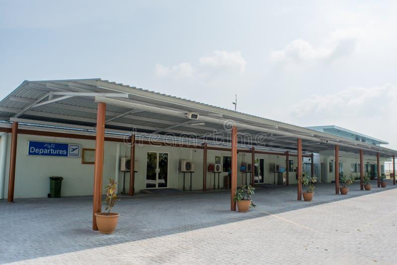 Luchthavenfaciliteiten in het dorp bij het tropische eiland Maamigili worden gevestigd die royalty-vrije stock foto
