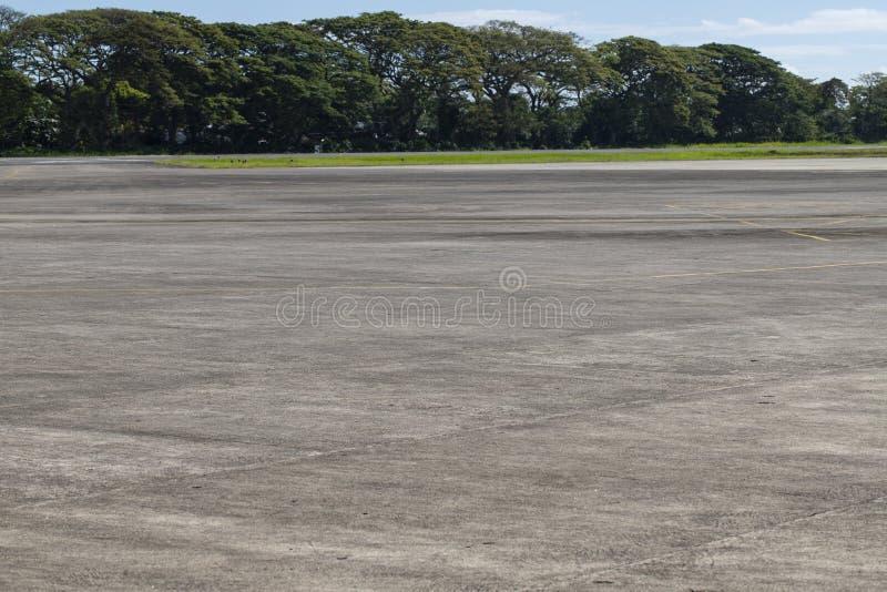 Luchthavengebied met groen Lege landingsbaan in tropisch land De reisbestemming van de de zomervakantie stock fotografie
