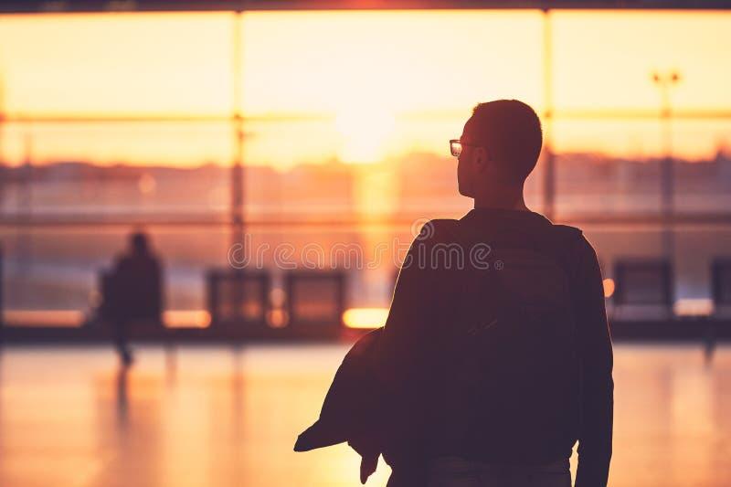 Luchthaventerminal bij de zonsondergang royalty-vrije stock afbeeldingen