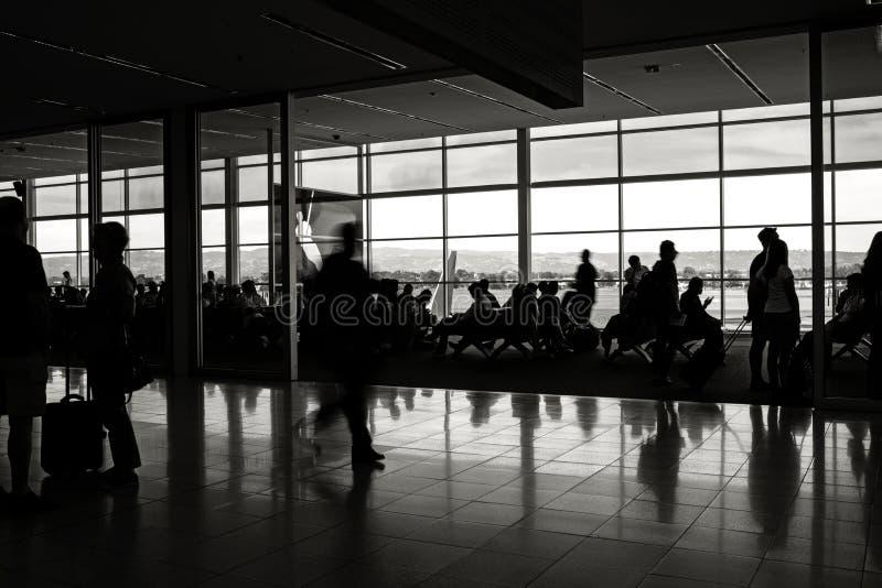 Luchthavenvertrekpunt met wachtende passagiers royalty-vrije stock foto's