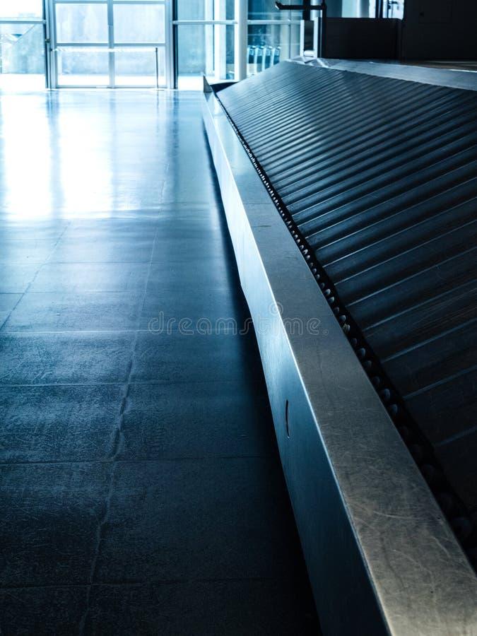 Luchthavenzaal met lege transportband stock fotografie