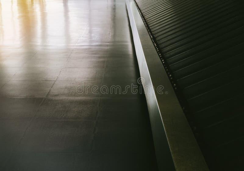 Luchthavenzaal met lege transportband royalty-vrije stock afbeelding