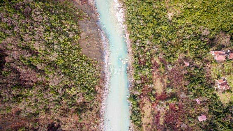 Luchthommelbeeld van een rivier overgang door bergen royalty-vrije stock foto
