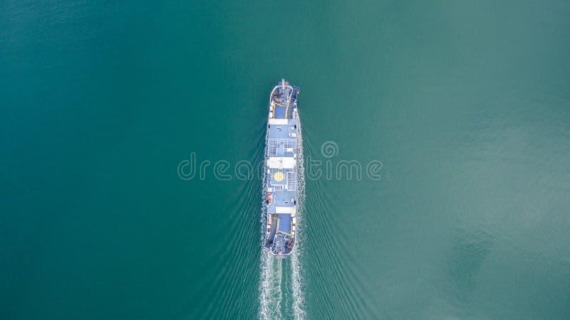 Luchthommelbeeld van een veerboot die van Korfu naar Igoumenitsa Griekenland reizen royalty-vrije stock foto