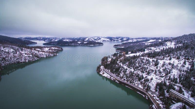 Luchthommelbeeld van het meer en de dam van Plastiras stock foto's