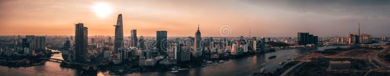 Luchthommelfoto - Horizon van Saigon Ho Chi Minh City bij zonsondergang vietnam royalty-vrije stock afbeelding