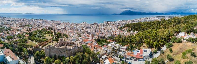 Luchthommelfoto van beroemde stad en kasteel van Patras, de Peloponnesus, Griekenland stock afbeelding