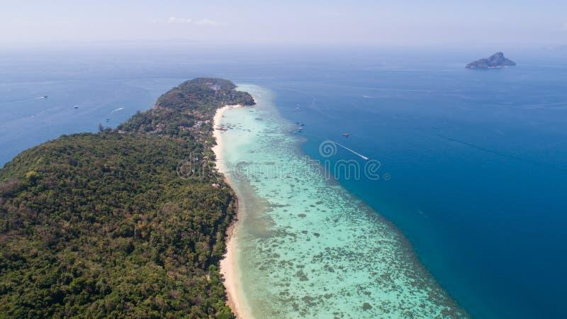 Luchthommelfoto van het noordelijke deel van het oosten van iconisch tropisch Phi Phi-eiland stock foto
