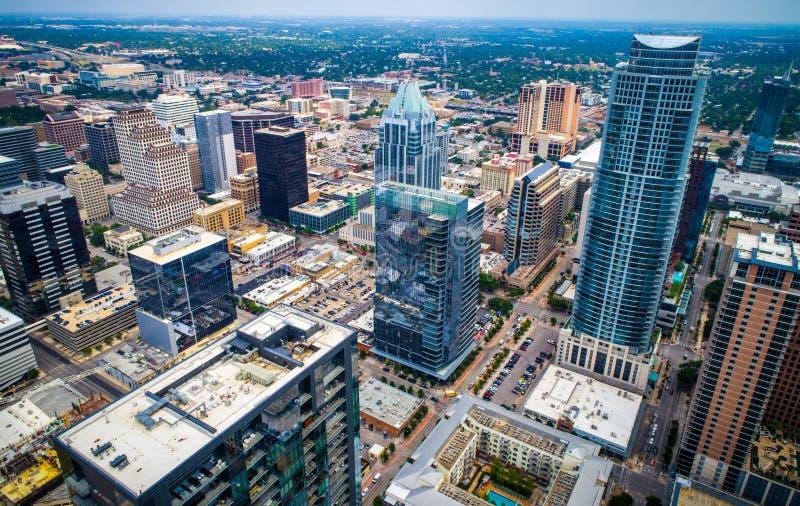 Luchthommelmening hoog boven de nieuwe moderne wolkenkrabbers van Austin Texas Skyline Cityscape stock foto's