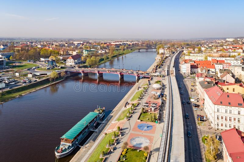 Luchthommelmening over Gorzow Wielkopolski en Warta-rivier royalty-vrije stock foto