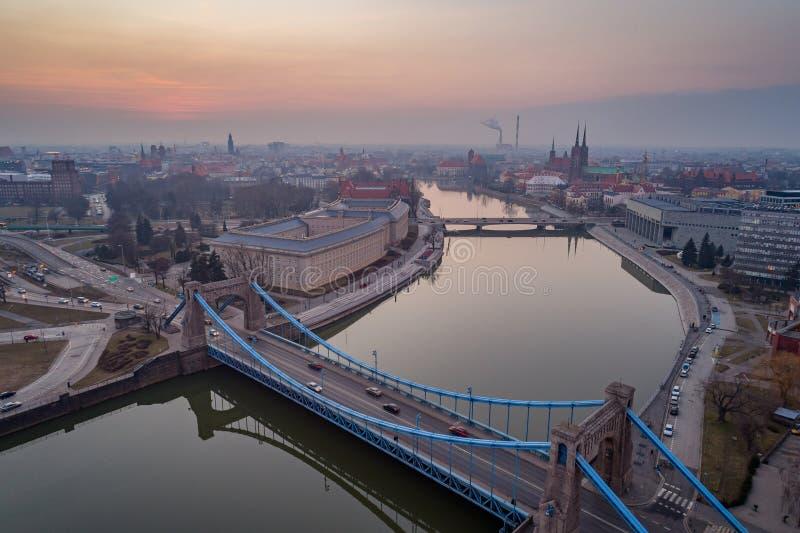 Luchthommelmening over Grunwald-Brug over Odre-Rivier in Wroclaw royalty-vrije stock foto's