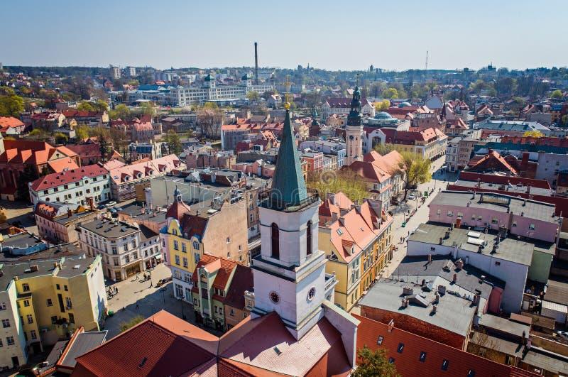 Luchthommelmening over kerktoren in Zielona Gora stock fotografie