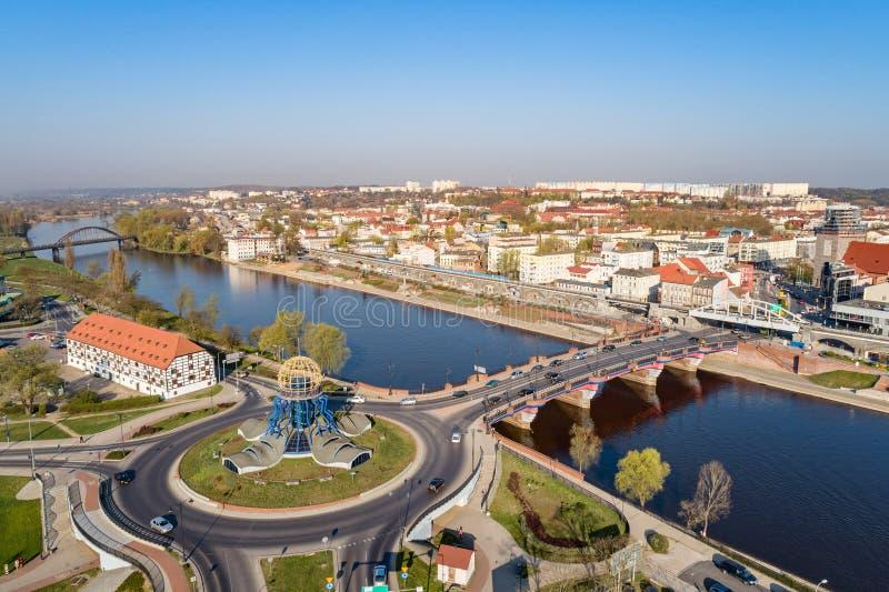 Luchthommelmening over rotonde in Gorzow Wielkopolski en Warta-rivier stock afbeeldingen