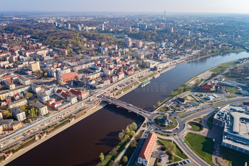 Luchthommelmening over rotonde in Gorzow Wielkopolski en Warta-rivier royalty-vrije stock afbeeldingen