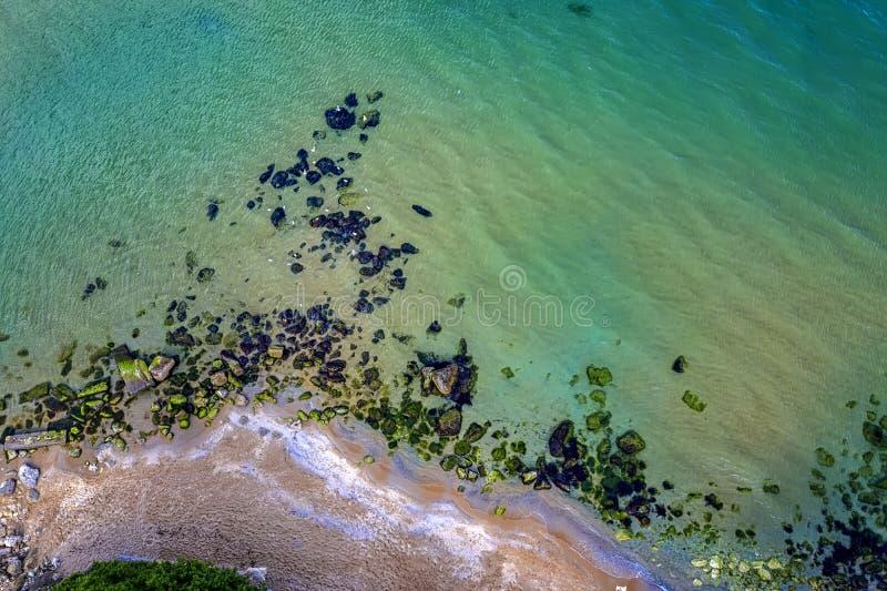 Luchthommelmening van de glasheldere oppervlakte van het lagunezeewater royalty-vrije stock foto's