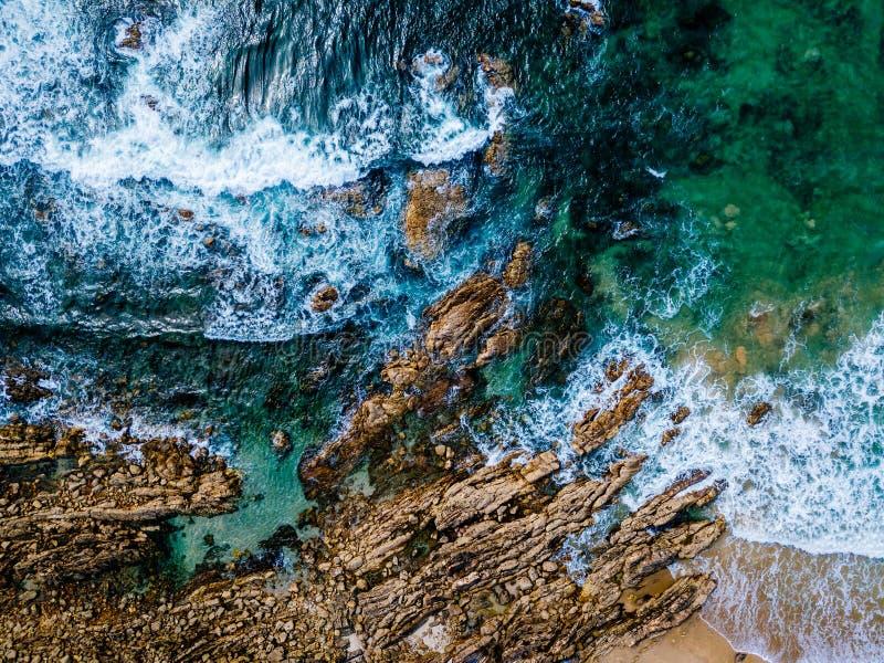 Luchthommelmening van Dramatische Oceaangolven op Rocky Landscape royalty-vrije stock foto