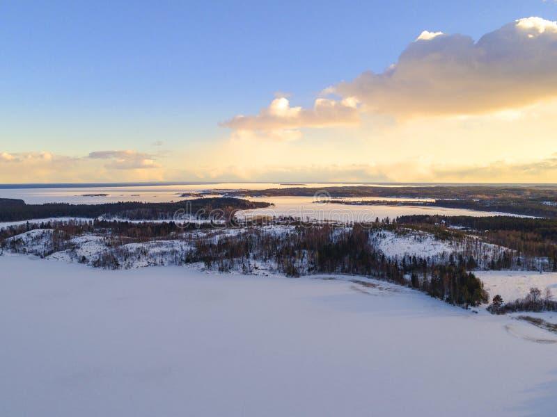 Luchthommelmening van een de winterlandschap Sneeuw behandelde bos en meren vanaf de bovenkant Zonsopgang in aard van een mening  royalty-vrije stock foto's