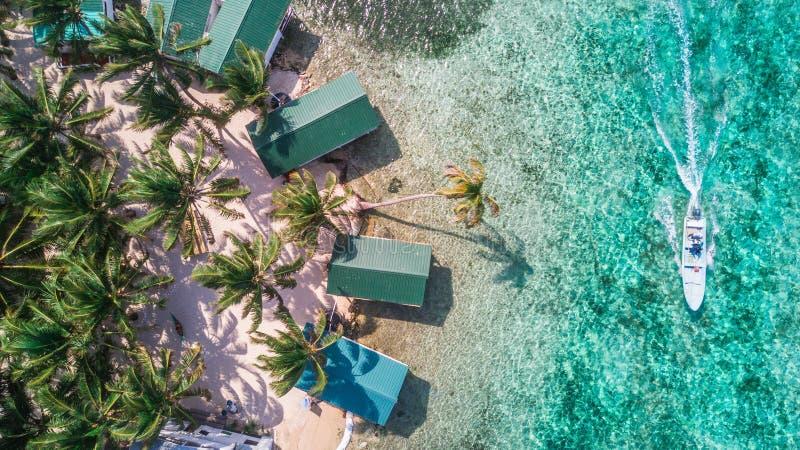 Luchthommelmening van het kleine Caraïbische eiland van Tabakscaye in het Barrièrerif van Belize royalty-vrije stock foto's