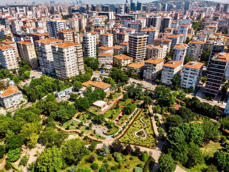 Luchthommelmening van het Park van de de Vrijheidstuin van Kadikoy Goztepe in Istanboel/Ozgurluk Parki royalty-vrije stock afbeelding