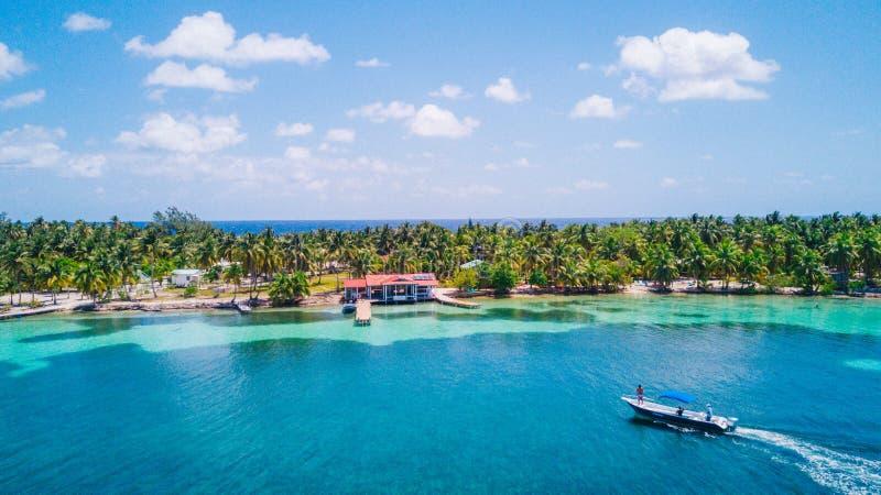 Luchthommelmening van het tropische eiland van Caye van het Zuidenwater in het barrièrerif van Belize stock afbeelding