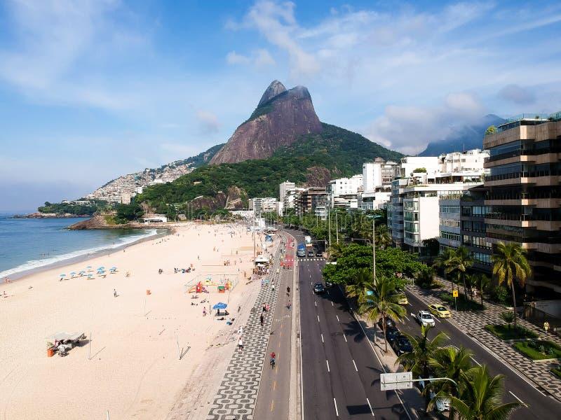 Luchthommelmening van Leblon met de berg van doisirmaos, Rio de Janeiro royalty-vrije stock afbeeldingen