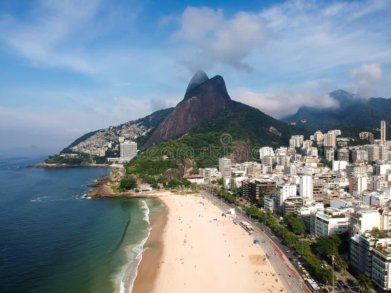 Luchthommelmening van Leblon met de berg van doisirmaos, Rio de Janeiro, royalty-vrije stock fotografie