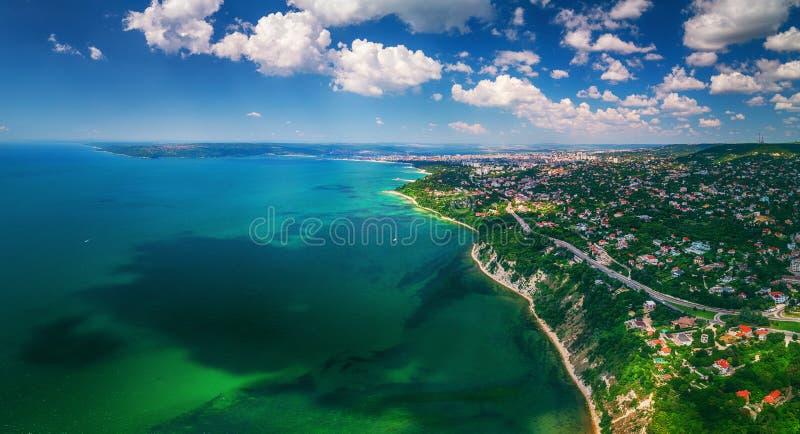 Luchthommelmening van overzees en kust boven Varna, Bulgarije Beauti stock afbeeldingen
