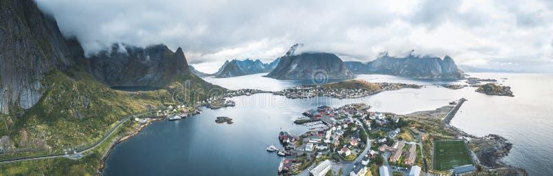 Luchthommelpanorama van traditioneel de visserijdorp van Reine in de Lofoten-archipel in noordelijk Noorwegen met blauw royalty-vrije stock foto's