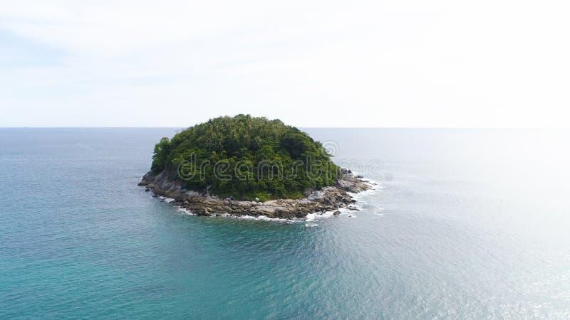 Luchthommelschot van Ko-Pu woestijneiland met palmen en wilde die aard door turkoois zeewater in Phuket, Thailand worden omringd stock foto's