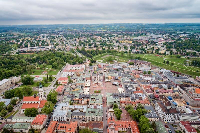 Luchthommelstandpunt over de oude stad van Zamosc en stads belangrijkst vierkant met stadhuis royalty-vrije stock foto