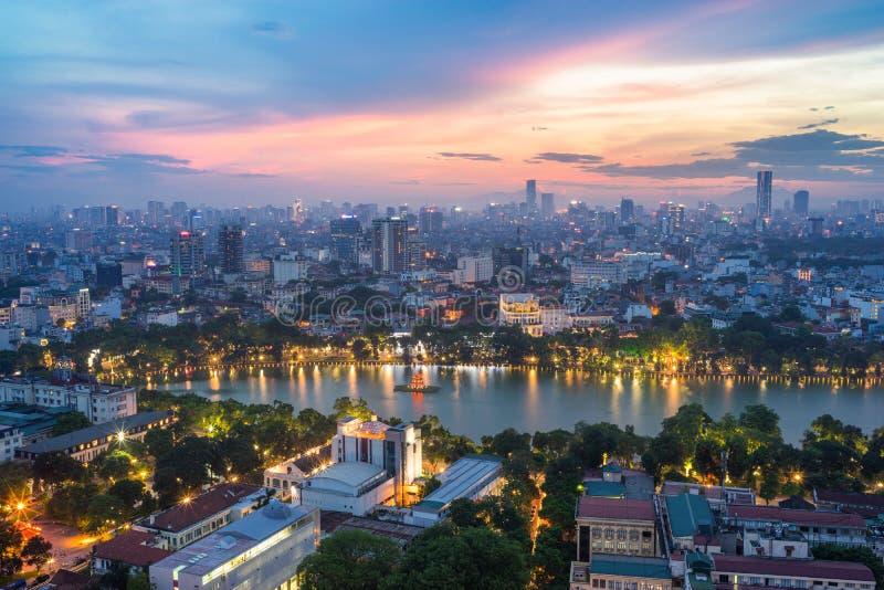 Luchthorizonmening van het meer van Hoan Kiem of Ho Guom, het gebied van het Zwaardmeer bij schemering Hoan Kiem is centrum van d stock foto