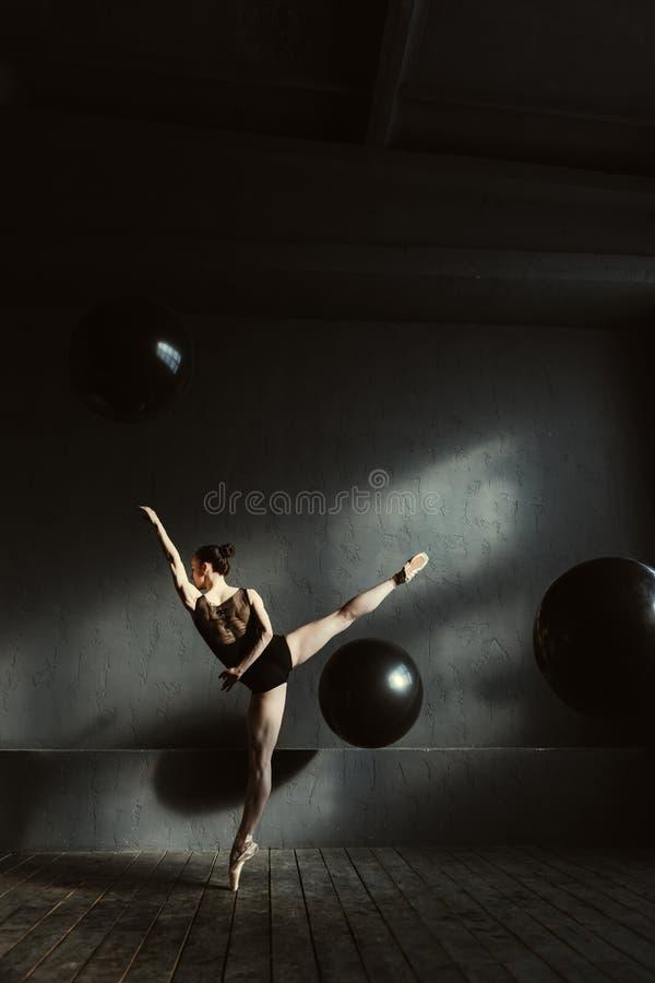 Luchtige balletdanser die haar flexibiliteit tonen royalty-vrije stock foto's