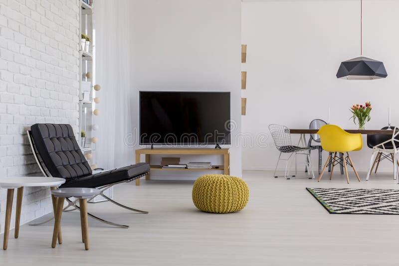 Paars Woonkamer Interieur : Luchtige woonkamer perfect voor het paar van een jonge grote stad